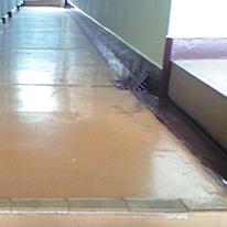 廊下の防水層の剥離
